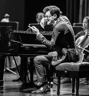 Aris Alexander Blettenberg Dirigent und Klavier Foto: Blettenberg