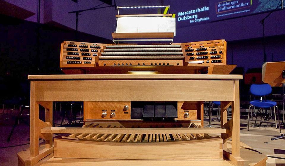 Der Spieltisch der Eule-Orgel