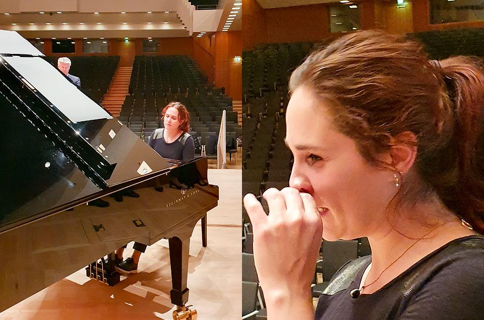 Eine kleine musikalische Kostprobe (l) / Anna Vinnitskaya beim Pressegespräch (r)