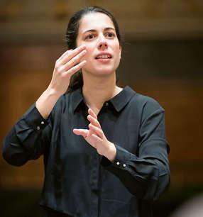 Marie Jacquot Dirigentin · Foto: Werner Kmetitsch