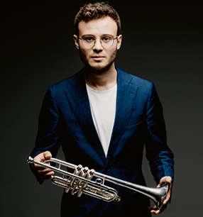 Simon Höfele Trompete · Foto: Marco Borggreve