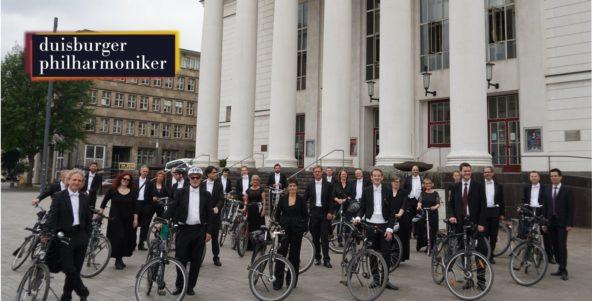 Kurierdienst per Fahrrad: Die Duisburger Philharmoniker bringen das neue play! zu ihren Abonnenten