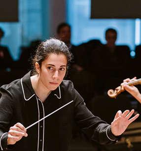 Marie Jacquot Dirigentin · Foto: Fadi Kheir/Siemens AG